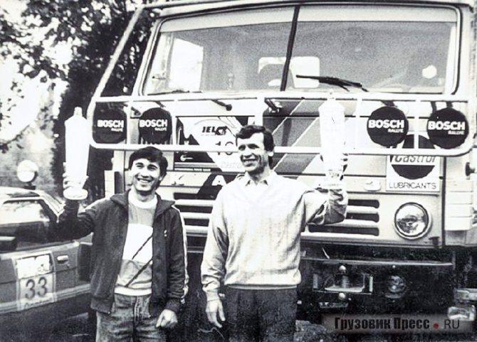 1988 г. Владимир Гольцов и Фирдаус Кабиров с первым в марафонской истории «КАМАЗа» призом на ралли «Ельч»