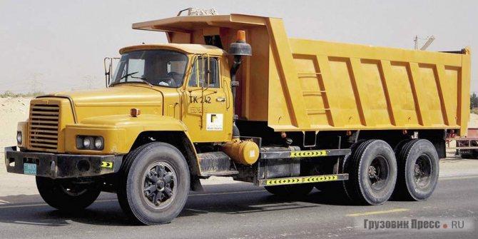 30-тонный самосвал Hino ZY240 6x4 на отсыпке дорог в султанате Дубаи (Дубай)