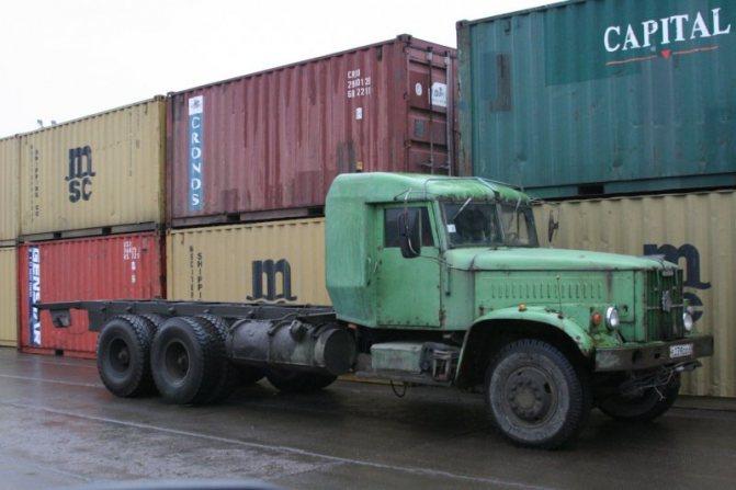 А этот КрАЗ-257Б, переделанный под перевозку 20-футовых контейнеров, дожил до конца нулевых: фотка сделана в питерском порту Максом Чернявским в 2007 году. авто, автотюнинг, грузовик, краз, самосвал, советская техника, тюнинг, тягач