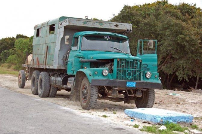 А этот КрАЗ «прокачали» на Кубе: вместо родной деревянной кабины, съеденной термитами, приделали металлическую кабинку от какого-то «американца» авто, автотюнинг, грузовик, краз, самосвал, советская техника, тюнинг, тягач