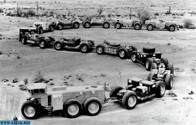 Автопоезд с полезной нагрузкой на полигоне Юма, штат Аризона. На втором прицепе помимо прочего размещен армейский джип, на 3-м и 7-м