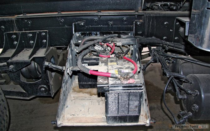 Бортовое напряжение американских самосвалов – 12 В. Один из четырех аккумуляторов потерялся во время доставки