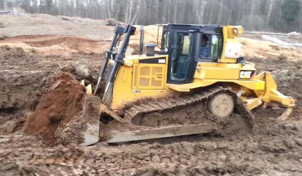 Бульдозер Caterpillar D6R в работе