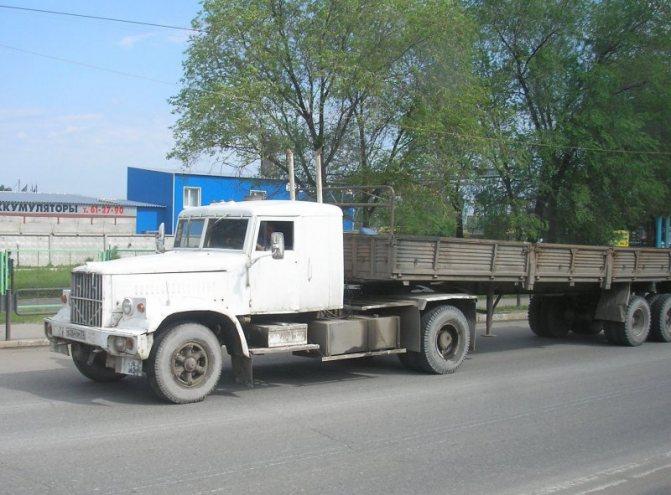 Чем был этот ульяновский дальнобойщик до глобальной переделки – гадать бесполезно, надо документы глядеть. Мог быть даже самосвалом. авто, автотюнинг, грузовик, краз, самосвал, советская техника, тюнинг, тягач