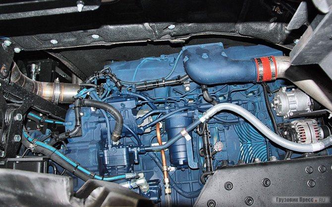 Двигатель занял всё свободное пространство под кабиной. Обращают внимание воздушные трубопроводы турбонаддува