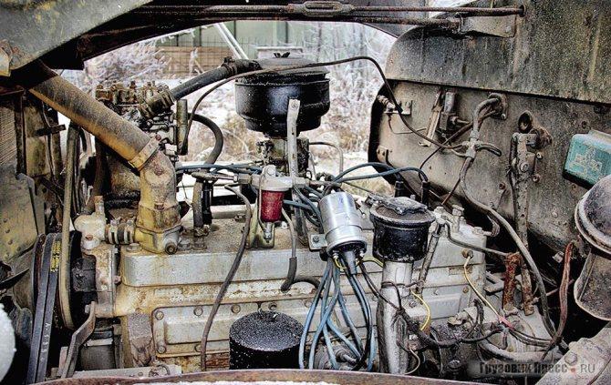 Двигатель ЗИС-121 (вид слева)