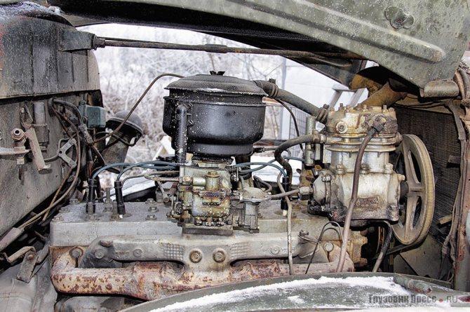 Двигатель ЗИС-121 (вид справа)