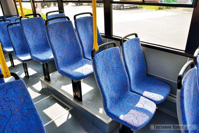 Единственное место, где сиденья стоят на площадке – колёсные арки, но назвать их «подиумами» язык не поворачивается. Обратите внимание – вертикальные поручни на каждом втором ряду