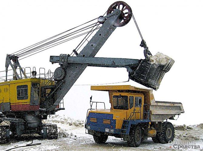 ЭКГ-5А грузит горную массу в БелАЗ-7540