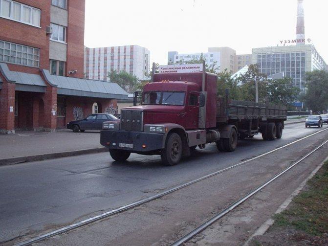 Еще одна фотка от Артема – снова КрАЗ-«деревяшка», переделанный в седельник 4х2. авто, автотюнинг, грузовик, краз, самосвал, советская техника, тюнинг, тягач