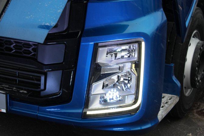 Фары с галогенными лампами, вмонтированные в пластиковый бампер, стали ярче освещать дорогу.JPG