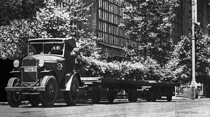 Газовский грузовик с двумя прицепными тележками на территории ЗИСа в 1950-е годы