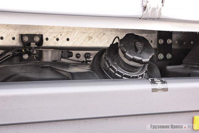 Горловина топливного бака оказалась «в плену», при заправке придётся быть внимательнее