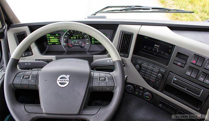 Интерьер нового Volvo FM во многом повторяет или перекликается с новым FH. Рабочее место водителя, без преувеличения, можно назвать модным