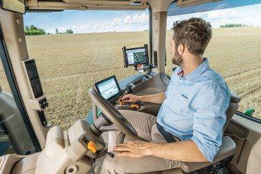 Исключительно низкий уровень шума 69 дБ(А) для более спокойного рабочего дня (Тракторы John Deere серии 8R)