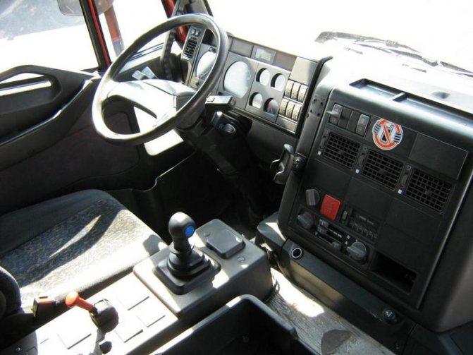 кабина автомобиля, выпущенного в 90-е