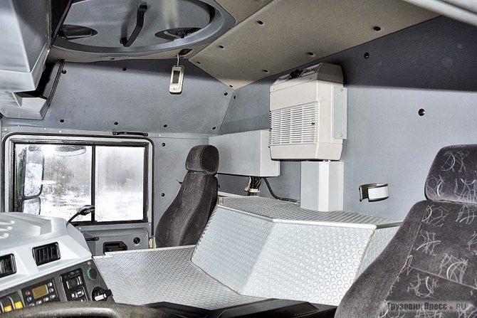 Кабина двухместная и значительную часть пространства занимает массивный кожух над радиатором и двигателем