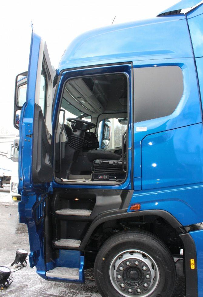 Кабина грузовика с внутренней высотой 2,16 м выполнена по технологии сutting-edge.JPG