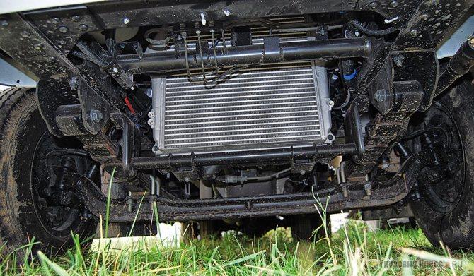Конструктивный недочёт: поперечной рулевой тяге достаточно приложиться к любому торчащему препятствию, чтобы рулевое управление вышло из строя. Обратите внимание, что на заднеприводном HD78 рулевая тяга надёжно защищена передней балкой
