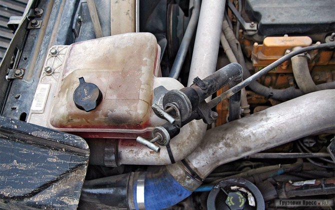 Масляные щупы двигателя и КП скомпонованы в единый блок