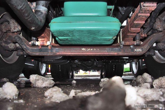Масляный картер двигателя весьма странной двухэтажной формы, возможно, для лучшего охлаждения, расположен выше балки моста, но без защиты всё равно может быть уязвим