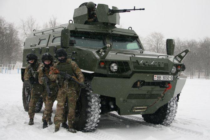 МЗКТ-490100-017 и военнослужащие СОБР. Фото автора - Бронированный «Волат» | Warspot.ru