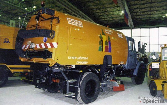 На шасси ЗИЛ-433362 швейцарская фирма Bucher установила современное уборочное оборудование