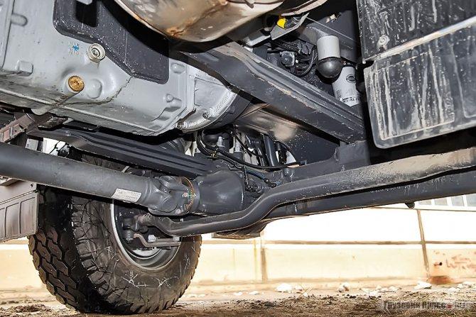На снимке хорошо видна рулевая трапеция, спрятанная за балку переднего моста во избежание нежелательных повреждений