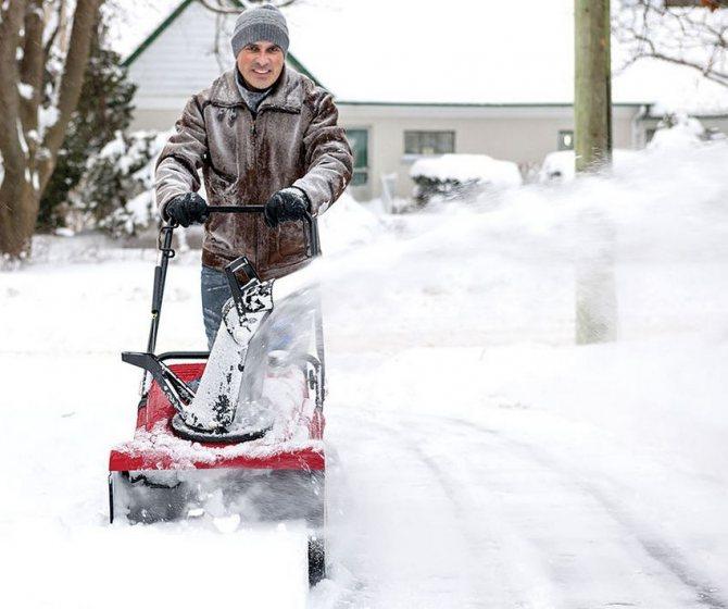 На выбор модели снегоуборщика в первую очередь влияет размер участка, который предполагается обрабатывать