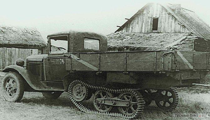 Одним из направлений повышения проходимости было создание полугусеничных версий. Экспериментальный образец с оригинальной ходовой частью от танкетки. 1938 г.