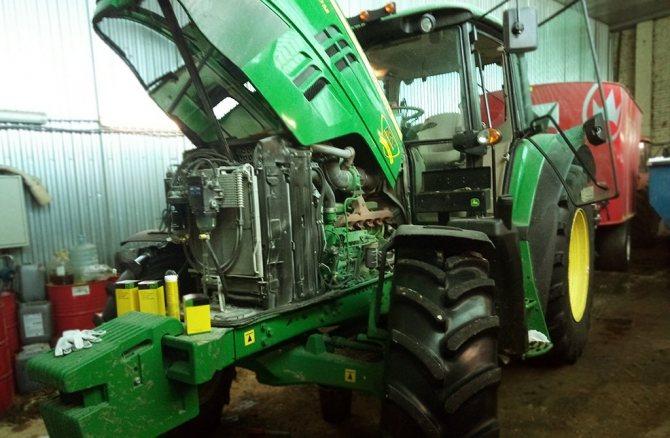 Осмотр колесного трактора John Deere