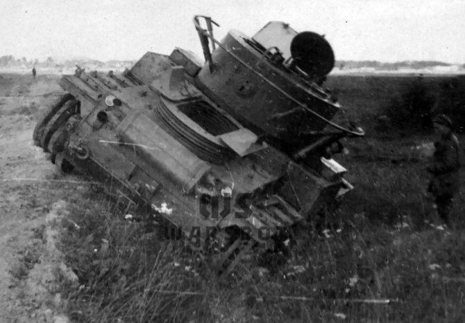 Первоначально Т-46 оснащался двумя глушителями, которые осенью 1935 года демонтировали. - Колёсно-гусеничный тупик   Warspot.ru