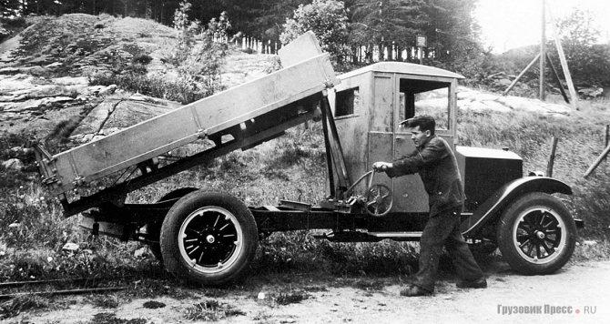 Первый самосвал на шасси Volvo Serie 1 (LV40) с ручным приводом подъёмного механизма. 1928 г.