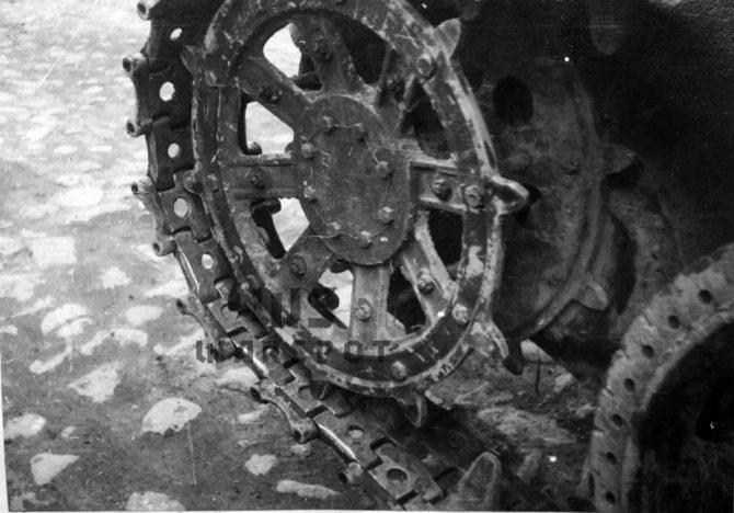 Первый вариант трака Т-46 шириной 280 мм оказался неудачным. Мало того, что было слишком большим удельное давление на грунт, так ещё и венец ведущего колеса не подходил. - Колёсно-гусеничный тупик   Warspot.ru