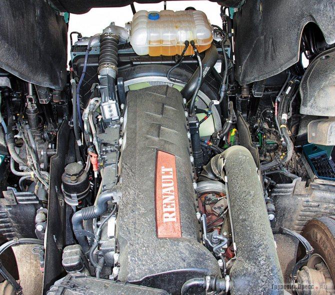 Под кабиной 13-литровый двигатель пятого экологического класса – дальнейшее развитие проверенной годами и хорошо себя зарекомендовавшей конструкции. Но компоновка такова, чтобы долить масло или заменить воздушный фильтр придётся поднять кабину…