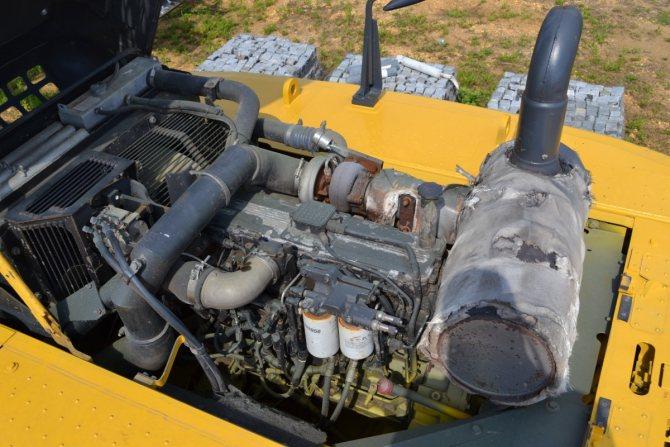 : под капотом экскаватора Komatsu PC 300 - двигатель SAA6D114E