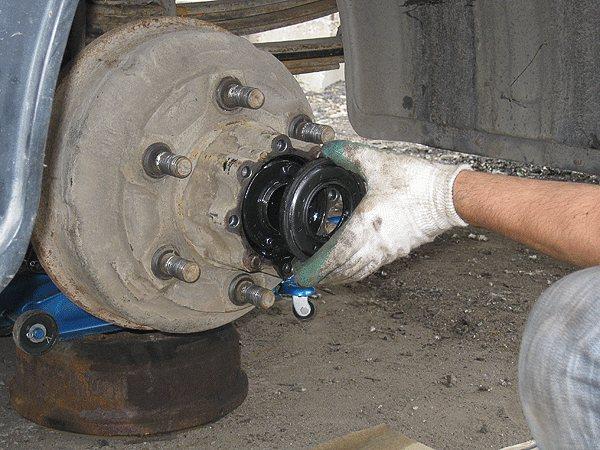 при замене задних колодок рекомендуем заменить сальник ступицы наружный
