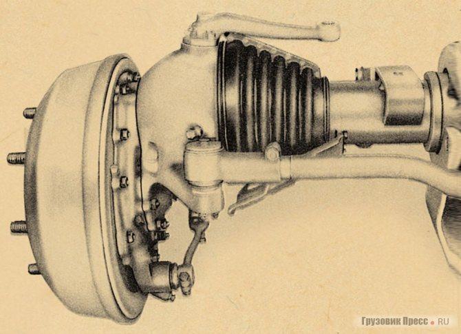 Привод передних колес осуществлялся через колесные редукторы, резиновые уплотнения шарниров защищала снизу стальная пластина