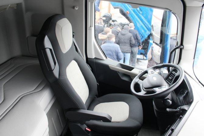 Рабочее место водителя отвечает самым высоким стандартам.JPG