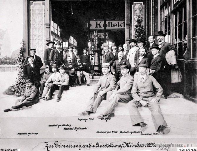 Рудольф Дизель (в светлом цилиндре в центре) с механиками на сборке первого двигателя