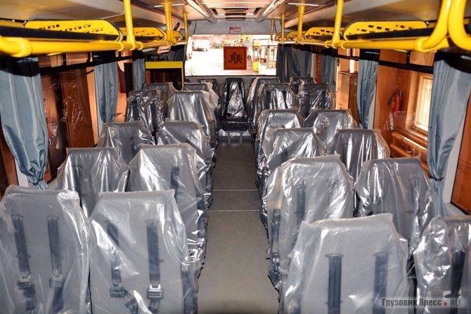 Салон МАЗ-257. Ровный пол, полки для ранцев, узкие форточки, сиденья практически на одном уровне, кроме мест сопровождающих, лицом по ходу движения – типичный «школьник»