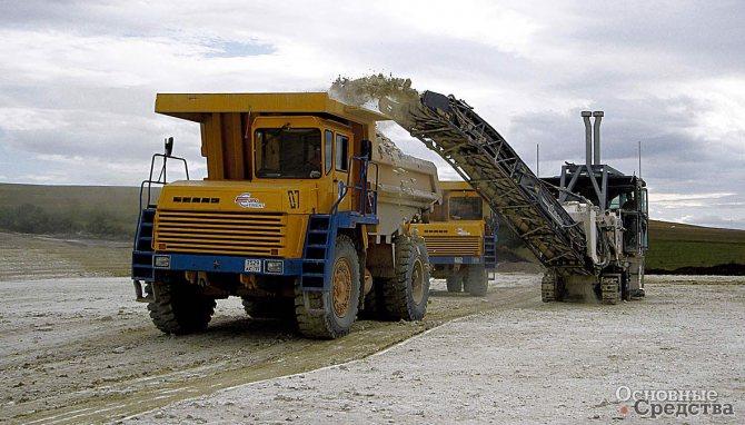 Самосвалы работают в комплексе не только с механическими лопатами. На снимке – погрузка комбайном послойного фрезерования в БелАЗ-7547