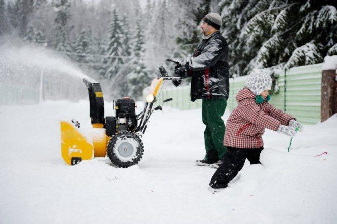 Сложный ландшафт - не помеха для самоходного снегоуборочного прибора