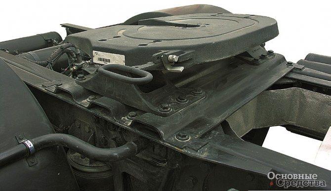 ССУ с двумя степенями свободы, установленное на тягаче. Справа от ССУ видна рукоятка привода разъемно-сцепного механизма