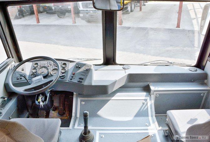 Так как стандартная передняя панель от грузового МАЗ-5337 не подошла по ширине, пришлось применить ту, что ставилась на междугородные МАЗ-152 и дорестайлинговые МАЗ-103 – встала «как родная»