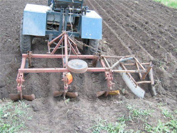 тракторный окучник картофеля