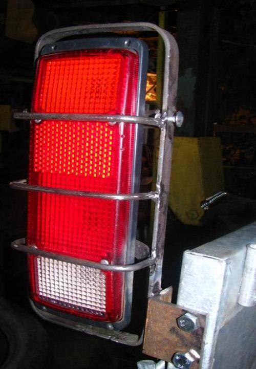 Установка фонарей, защита решеткой