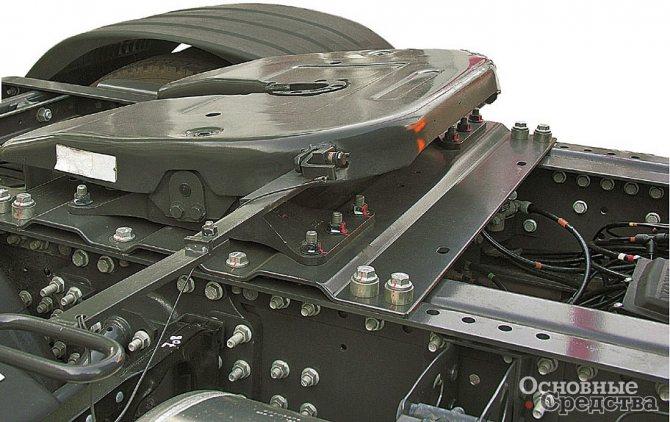 Установка на раме тягача ССУ с помощью монтажной плиты. Справа от седельно-сцепного устройства видна рукоятка привода разъемно-сцепного механизма с удлиненной тягой