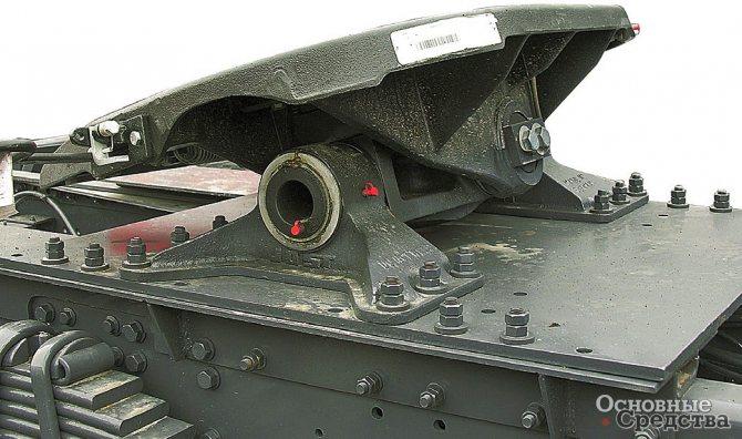 Установка ССУ с тремя степенями свободы на большегрузном тягаче, видны поперечная и продольная оси качания