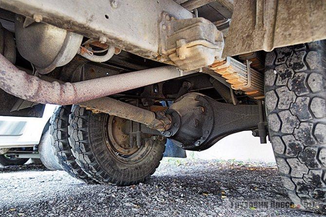 Внизу у «Кубани» никаких отличий от базового ГАЗ-53: та же рама, трансмиссия, рессоры «в круг»